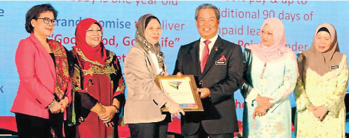 Zainun Nur Abdul Rauf, group corporate affairs director, Nestlé Malaysia, receiving the Life at Work Award from Deputy Prime Minister, YAB Tan Sri Dato' Haji Muhyiddin Mohd Yassin at the 11th Women's Summit 2013.