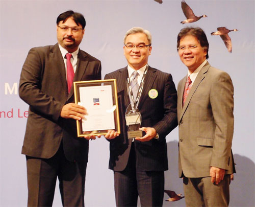 Tan Sri Liew Kee Sin receiving the Best of the Best Employers Award 2013 from Datuk Seri Idris Jala, Pemandu CEO. Looking on is Kulshaan Singh, managing director of Aon Hewitt South East Asia.
