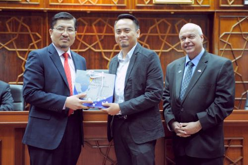 UKM vice-chancellor/deputy vice chancellor Prof. Datuk Dr. Noor Azlan bin Ghazali presenting a token of appreciation to a participating company representative, witnessed by MDeC vice president of global business services, Michael Warren.